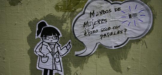 Dibujo sobre la pared: 'Mundos de mujeres, ¿pero sólo con papeles?'