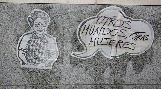 Imagen en una pared: 'Otros mundos, otras mujeres'