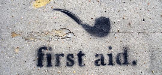 Pipa con el letrero en ingles 'First Aid'