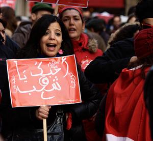 Mujer protesta en Túnez