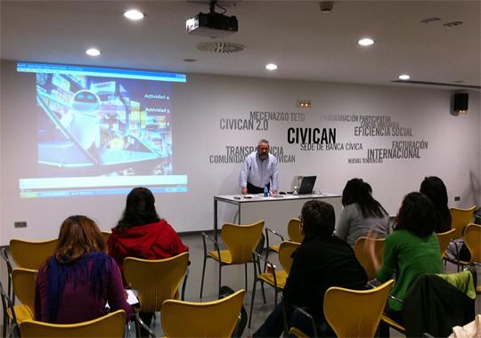 Fernando Armendáriz impartiendo el taller sobre sostenibilidad en Civican