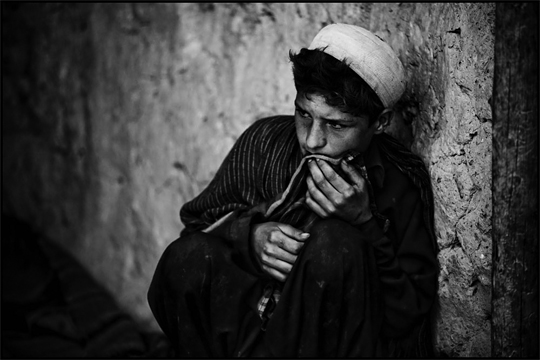 'A boy watches as US and Afghan army troops search his families home for weapons' por Zoriah