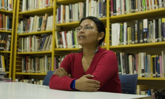 Mónica Chuji en la Biblioteca de IPES Elkartea